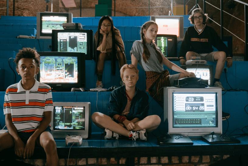 eski bilgisayar ekranları ve çocuklar
